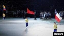 在台北舉行的第29屆世界大學生運動會開幕式上,中國、哥倫比亞和智利的代表分別舉著國旗入場(2017年8月19日)。