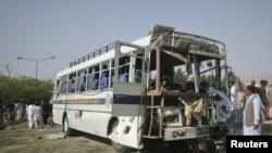 Nhân viên điều tra bên cạnh chiếc xe buýt bị hư hại sau vụ đánh bom ở Quetta