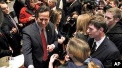 공화당 대통령 경선 미주리 주 예비선거에서 승리한 뒤 지지자들과 기쁨을 나누는 릭 샌토럼 전 펜실베이니아 상원의원