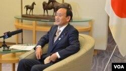 2013年2月4日日本內閣官房長官菅義偉接受美國之音(資料照片)