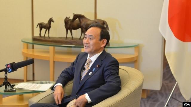 Chánh văn phòng Nội các Nhật Bản Yoshihide Suga trong cuộc phỏng vấn với phóng viên VOA, tại Tokyo, Nhật Bản 4/2/13