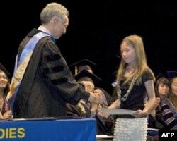 许多受奖人已不在人世。一名十岁的女孩代祖父领取毕业证书。