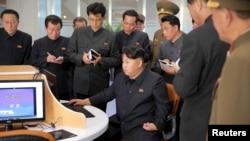 朝鲜领导人金正恩在科技设施。这张拍摄日期不明的照片由朝鲜中央通讯社2015年10月28日发布。