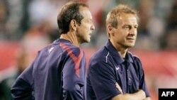 Huấn luyện viên trưởng đội tuyển bóng đá quốc gia nam Mỹ Jurgen Klinsmann (trái)