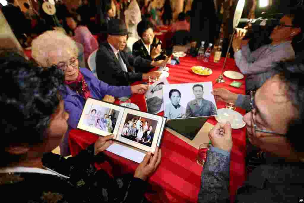 Thân nhân hai miền Nam và Bắc Triều Tiên chia sẻ hình ảnh gia đình trong cuộc xum họp tại Núi Kim Cương ở Bắc Triều Tiên, ngày 24/10/2015.