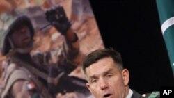 考德威尔将军在去年3月3日的一次记者会上(资料照片)