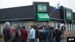 Des gens font la queue devant un magasin de cannabis à Québec, le 17 octobre 2018.