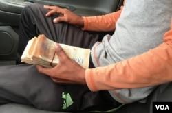 """""""Chicho"""", """"pimpinero"""" venezolano, gana cerca de 10 dólares al día. Dice que el riesgo de vender gasolina en las calles es elevado."""