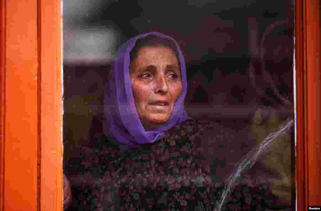 Seorang Ibu berduka atas tewasnya Ghulam Mohammad Khan, warga sipil yang tewas akibat tembakan gas air mata pasukan India dalam aksi protes di Srinagar, Kashmir.