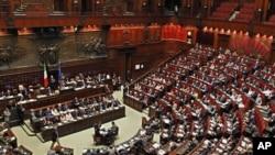 意大利议会通过紧缩措施。图为意大利总理贝卢斯科尼在议会下院发表讲话资料照