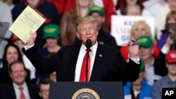 Presiden AS Donald Trump berbicara dalam acara kampanye di Indianapolis, Jumat (2/11).