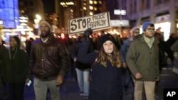 12月3日晚上,很多紐約人在時報廣場遊行示威。