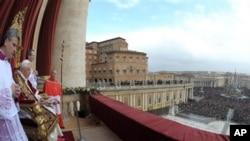 梵蒂冈在中国任命主教问题上态度强硬。图为教皇本笃十六世2010年12月25日在罗马圣彼得广场向全世界讲话。