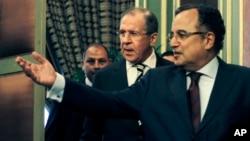 Menlu Mesir Nabil Fahmy (kanan) menerima delegasi Rusia yang dipimpin Menlu Sergei Lavrov di Kairo hari Kamis (14/11).