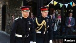Hoàng tử Harry sánh bước cùng phù rể, Hoàng tử William, Công tước xứ Cambridge khi đến Nhà nguyện St George ở Lâu đài Windsor