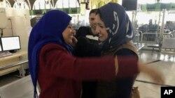 Mariam Ali, a quien se le impidió abordar un avión rumbo a EE.UU. se despide de su amiga en el aeropuerto de Bagdad. Mariam Ali y su esposo viajaron rumbo a EE.UU.