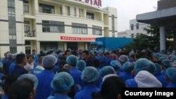 上海通产丽星公司数百罢工者在厂区聚集抗议。(微博图片)