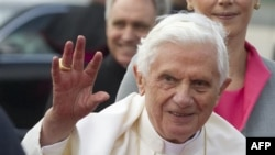 Ðức Giáo Hoàng Benedict XVI vẫy chào khi đến phi trường ở Berlin, Ðức, ngày 22/9/2011