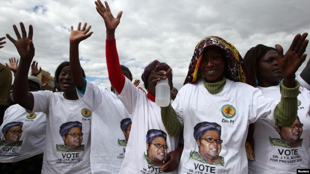 FILE: Supporters of former Zimbabwean Vice President Joice Mujuru cheer at a rally of her Zimbabwe People First (ZimPF) party in Harare, June 25, 2016. REUTERS/Philimon Bulawayo - RTX2I6NW