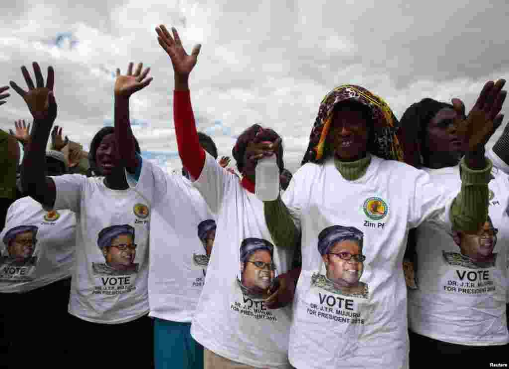 Des militants de l'ancien vice-président du Zimbabwe Joice Mujuru lors d'un meeting de son parti, à Harare, Zimbabwe, le 25 juin 2016.