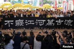 """2019年4月24日香港""""占中九子""""进入西九龙法庭前拉横幅言志。"""