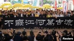 """香港""""占中九子""""进入西九龙法庭前拉横幅言志。(2019年4月24日)"""