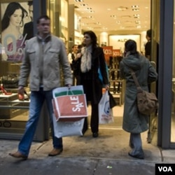 Para pembeli membawa tas belanja meninggalkan toko sepatu Aldo di New York (foto: dok). Konsumen di Amerika sudah mulai kembali berbelanja, setelah sekian lama berhemat di tengah resesi.
