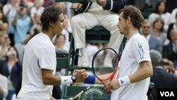 Rafael Nadal (kiri) bersalaman dengan petenis tuan rumah Andy Murray setelah pertandingan semifinal tunggal putra Wimbledon, Jumat (1/7).