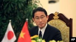 2016年5月6日,日本外相岸田文雄在河内与越南外长范平明会晤后在记者会上。