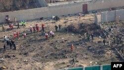 지난 8일 이란 테헤란 외곽에서 추락한 우크라이나 여객기 사고 현장에서 구조대원들이 수색 작업을 하고 있다.
