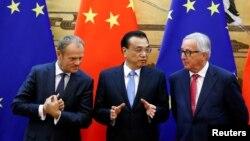 中國總理李克強(中)與歐洲理事會主席圖斯克(左)和歐盟委員會主席容克在北京人大會堂出席簽字儀式。(2018年7月16日)