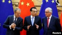 리커창 중국 총리(가운데) 중국을 방문한 도날드 투스크 EU 정상회의 상임의장(왼쪽)과 장클로드 융커 집행위원회 위원장을 베이징 인민대회당에서 만나, 서명식에 앞서 대화를 나누고 있다.
