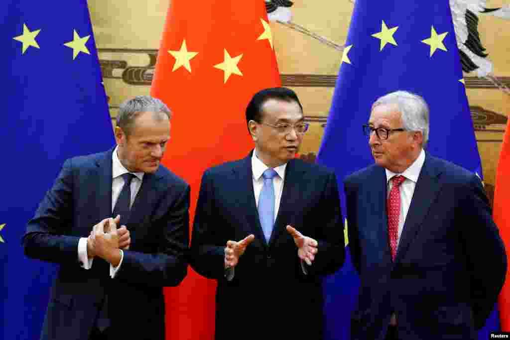 리커창 중국 총리(가운데) 중국을 방문한 도날드 투스크 EU 정상회의 상임의장(오른쪽)과 장클로드 융커 집행위원회 위원장을 베이징 인민대회당에서 열린 서명식에 앞서 대화를 나누고 있다.