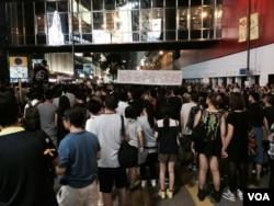 星期三晚佔領廣東道集會人士持續增加。(美國之音湯惠芸攝)