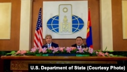 U.S. Secretary of State John Kerry, left, and Mongolian Foreign Minister Lundeg Purevsuren address a news conference held at the Ministry of Foreign Affairs, in Ulaanbataar, Mongolia, June 5, 2016.