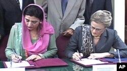 امریکی رابطہ کار سفیر رافیل اور چیئر پرسن فرزانہ راجہ معاہدے پر دستخط کرتے ہوئے
