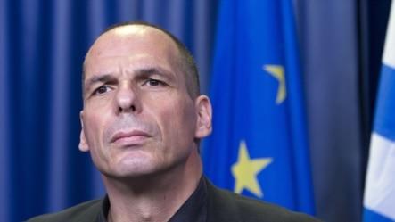 希腊财长瓦鲁法基斯在布鲁塞尔的欧元区财长紧急会议期间召开记者会(2015年6月27日)