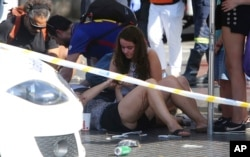 17일 오후 스페인 바르셀로나 차량 돌진 테러 현장에서 부상자들이 응급처치를 받고있다.