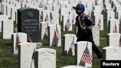 一名美国童子军走过纽约市布鲁克林的一处安葬阵亡将士的国家公墓 (2015年5月23日)