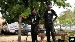 La police nigériane surveillent les votants lors des élections à Kaduna, Nigeria, le 28 mars 2015.