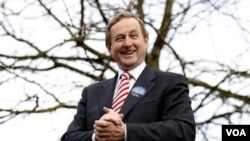 Pemimpin Fine Gael, Enda Kenny, bertemu dengan para pendukungnya di Westport, County Mayo, Ireland. Kenny kemungkinan besar akan menjadi Perdana Menteri baru Irlandia pasca-kemenangan partainya.
