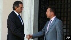 지난달 27일 아테네에서 열린 연정 구성 3당 대표회의에서 악수하는 안토니스 사마라스(왼쪽) 총무와 야니스 스투르나라스 재무장관. (자료사진)