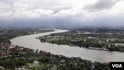Sungai Chao Phraya di provinsi Pathum Thani, sebelah utara Bangkok, yang meluap akibat banjir.