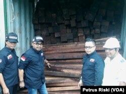 KLHK mengamankan 40 kontainer kayu merbau asal Sorong, Papua tanpa dilengkapi surat-surat resmi, di Tanjung Perak Surabaya (foto: Petrus Riski/VOA)