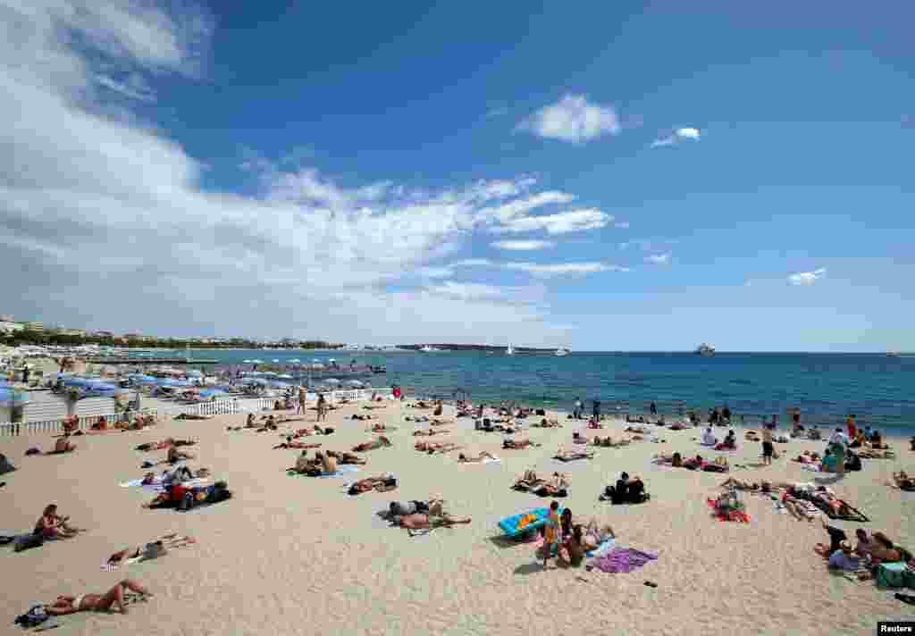 مردم از ساحل آفتابی منطقه «کن» در جنوب فرانسه لذت می برند. تا دو روز دیگر، فستیوال مشهور فیلم این شهر شروع می شود.