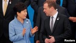 지난 15일 몽골 울란바토르에서 열린 아시아-유럽 정상회의, ASEM 기념촬영 중 박근혜 한국 대통령(왼쪽)이 드미트리 메드베데프 러시아 총리와 대화하고 있다. (자료사진)