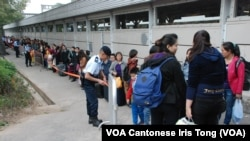警方加派人手在上水火車站協助乘客分流,有幾百名疑似水貨客大排長龍等候進入上水火車站