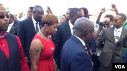 Mãe de Michael Brown a caminho do funeral.