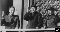 1967年,中共主席毛泽东和她的副手林彪以及中国总理周恩来在天安门上微笑