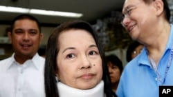 ARSIP – Mantan Presiden Filipina dan kini Anggota Kongres, Gloria Macapagal Arroyo, tengah tiba di Pengadilan Pasay City (23/2/2012). (foto: AP Photo/Bullit Marquez, Arsip)